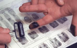 На бумаге остаются отпечатки пальцев